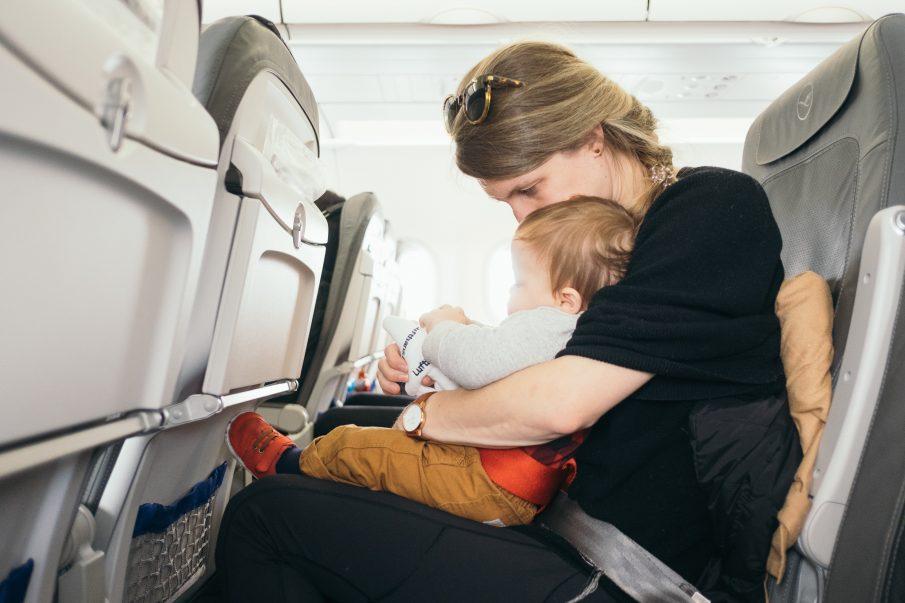 Criança paga passagem de avião? Confira todas as regras e condições e 5 dicas para viajar com crianças